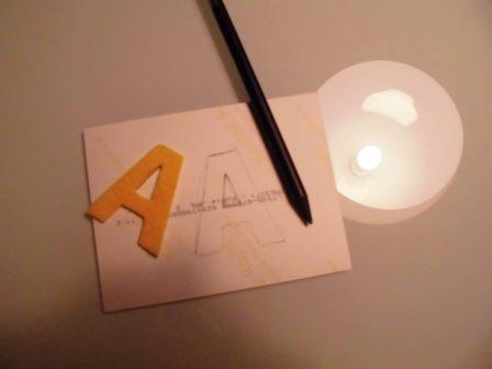 Zeichnet die Buchstaben-Kontur auf die Foto-Rückseite