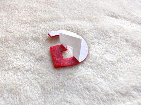 Zieht die selbstklebende Schutzfolie vom Filz-Buchstaben ab