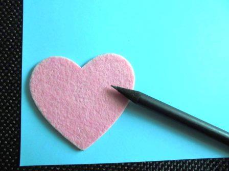 Persönliches Hochzeitsgeschenk - Malt ein Herz auf das farbige Papier