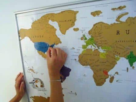 Auch wenn die Rubbel Weltkarte bereits an der Wand hängt, ist das Abrubbeln problemlos möglich