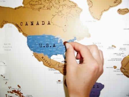 Entfernt die Beschichtung der Rubbel Weltkarte mit einer Geldmünze