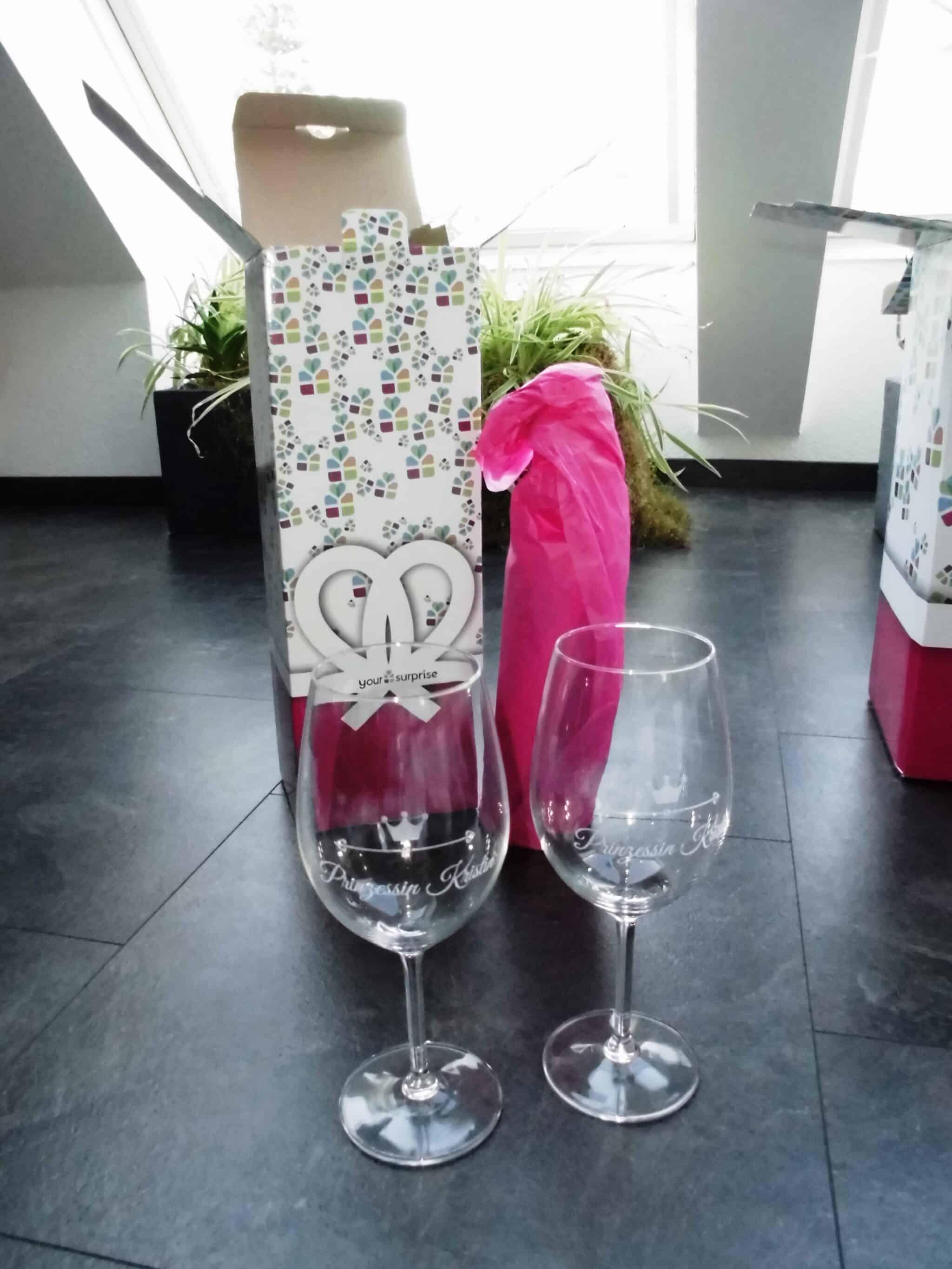 Geschenkset aus gravierten Weingläsern und personalisierter Weinflasche