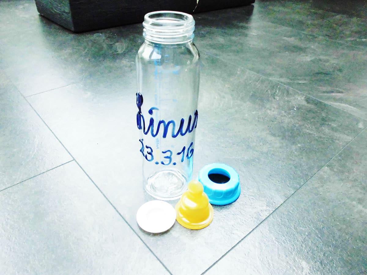 Babyflasche mit Namen und abnehmbaren Verschlussring, Nuckel und Verschlussplatte