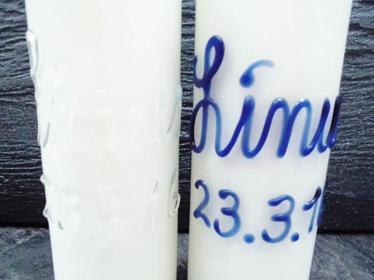 Babyflaschen mit Namen mit Milch gefüllt