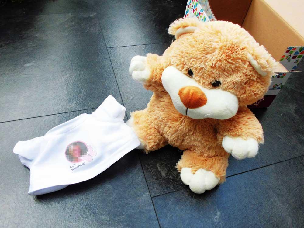 Das T-Shirt könnt Ihr Eurem Teddybären problemlos ausziehen