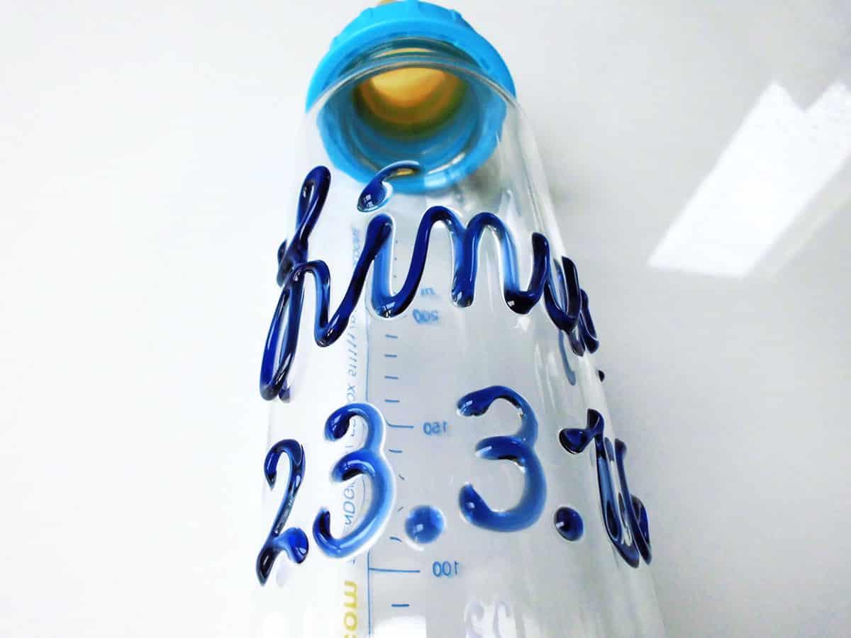 Eure Babyflasche mit Namen verfügt auf der Rückseite über eine Mess-Skala bis 250 ml