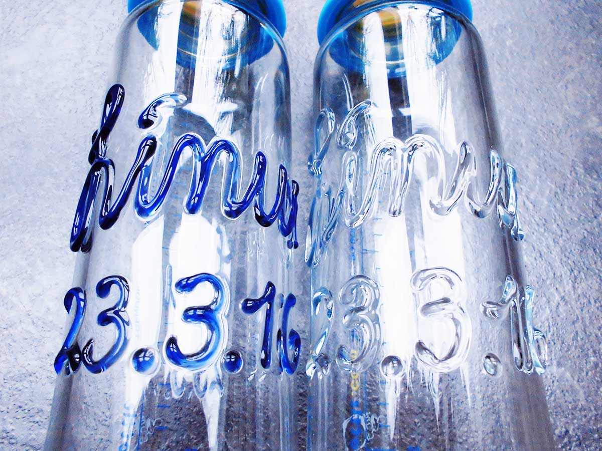 Glasgravuren der personalisierten Babyflaschen im Vergleich