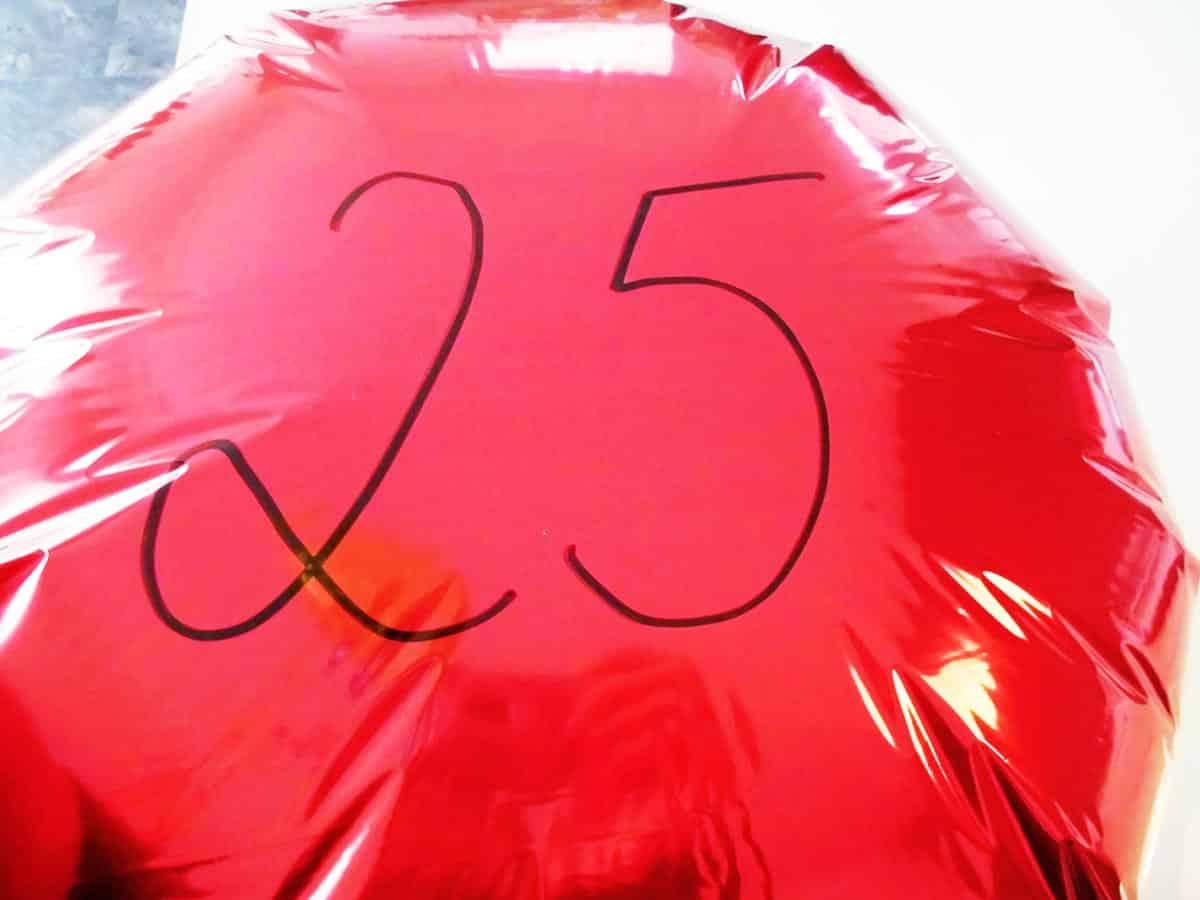 Beschriftung Eures Geschenkballons mit Zahl z.B. zum 25. Geburtstag