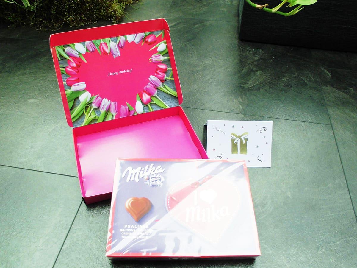 Die Milka Schokolade kann einfach aus der Verpackung entnommen werden