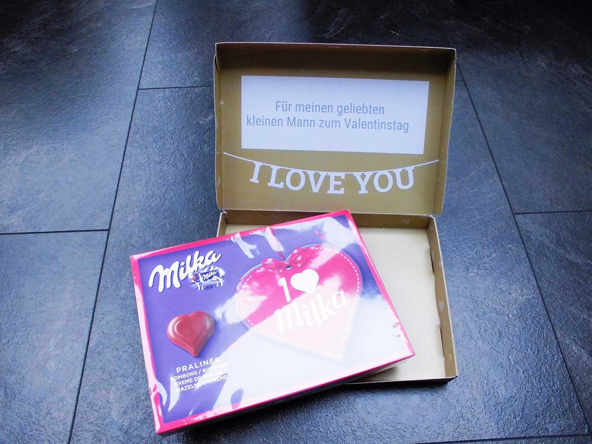 Die Milka Schokolade lässt sich einfach aus der personalisierten Verpackung entnehmen