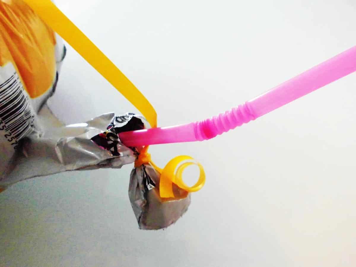 Führt den mitgelieferten Strohhalm in das geöffnete Ventil am unteren Ballonende ein