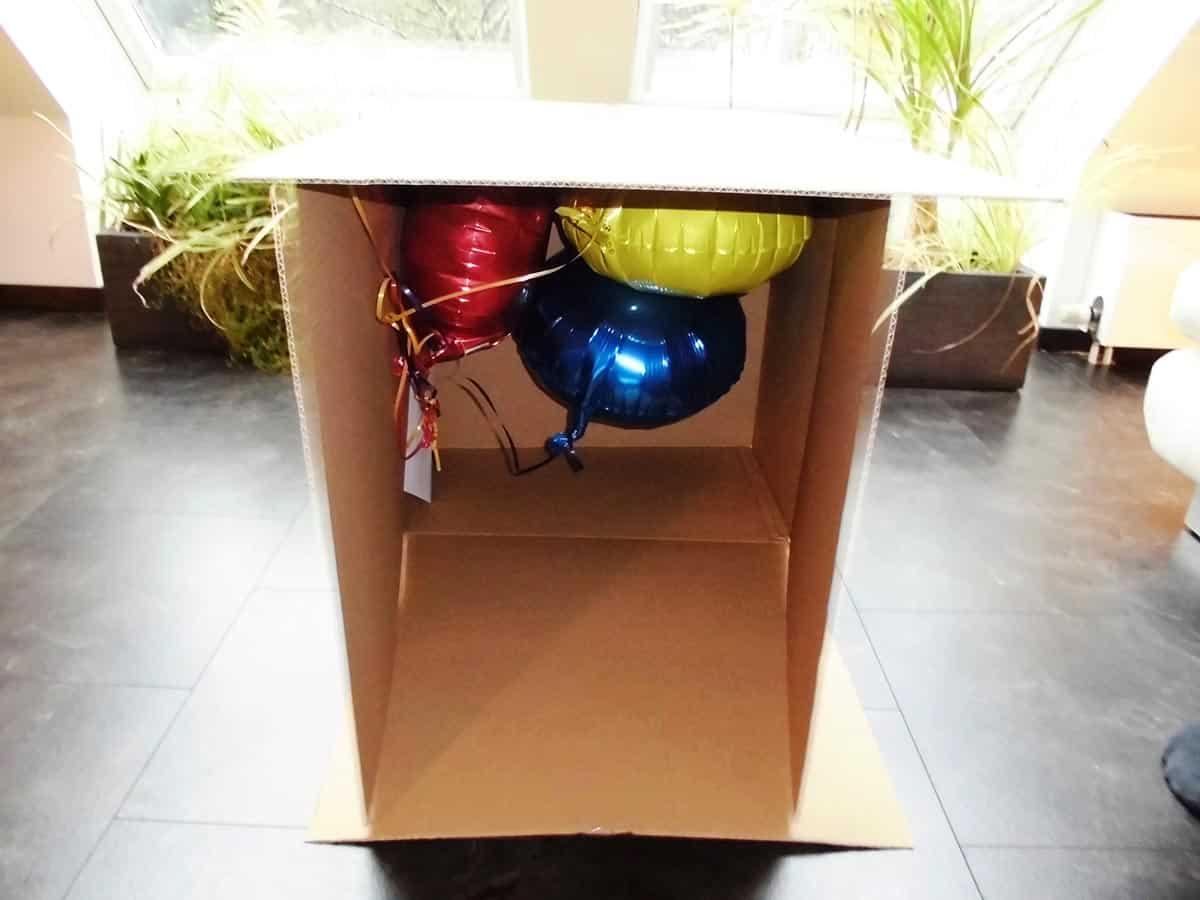 Geschenkballons im Pappkarton