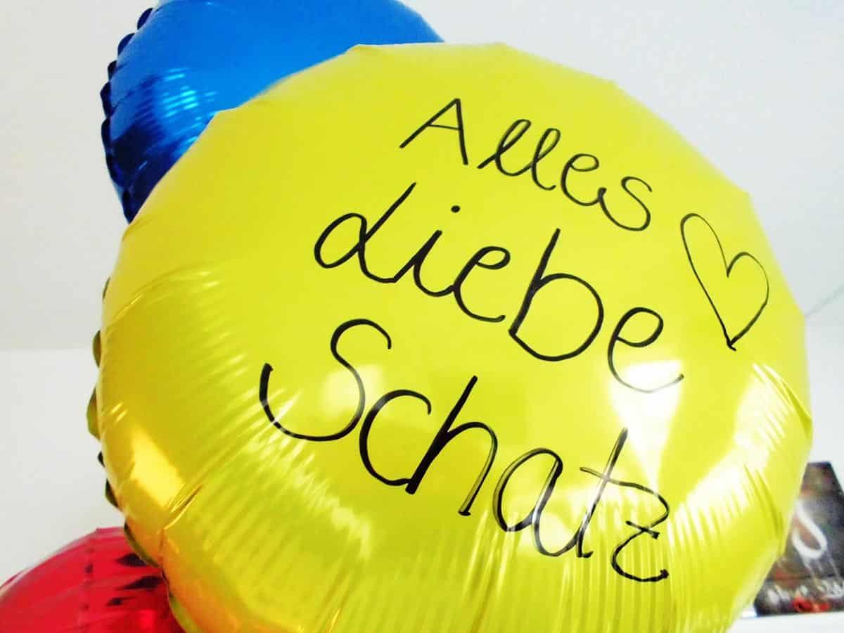 Individuell beschrifteter Geschenkballon, der nach der Beschriftung immer noch makellos in der Luft schwebt