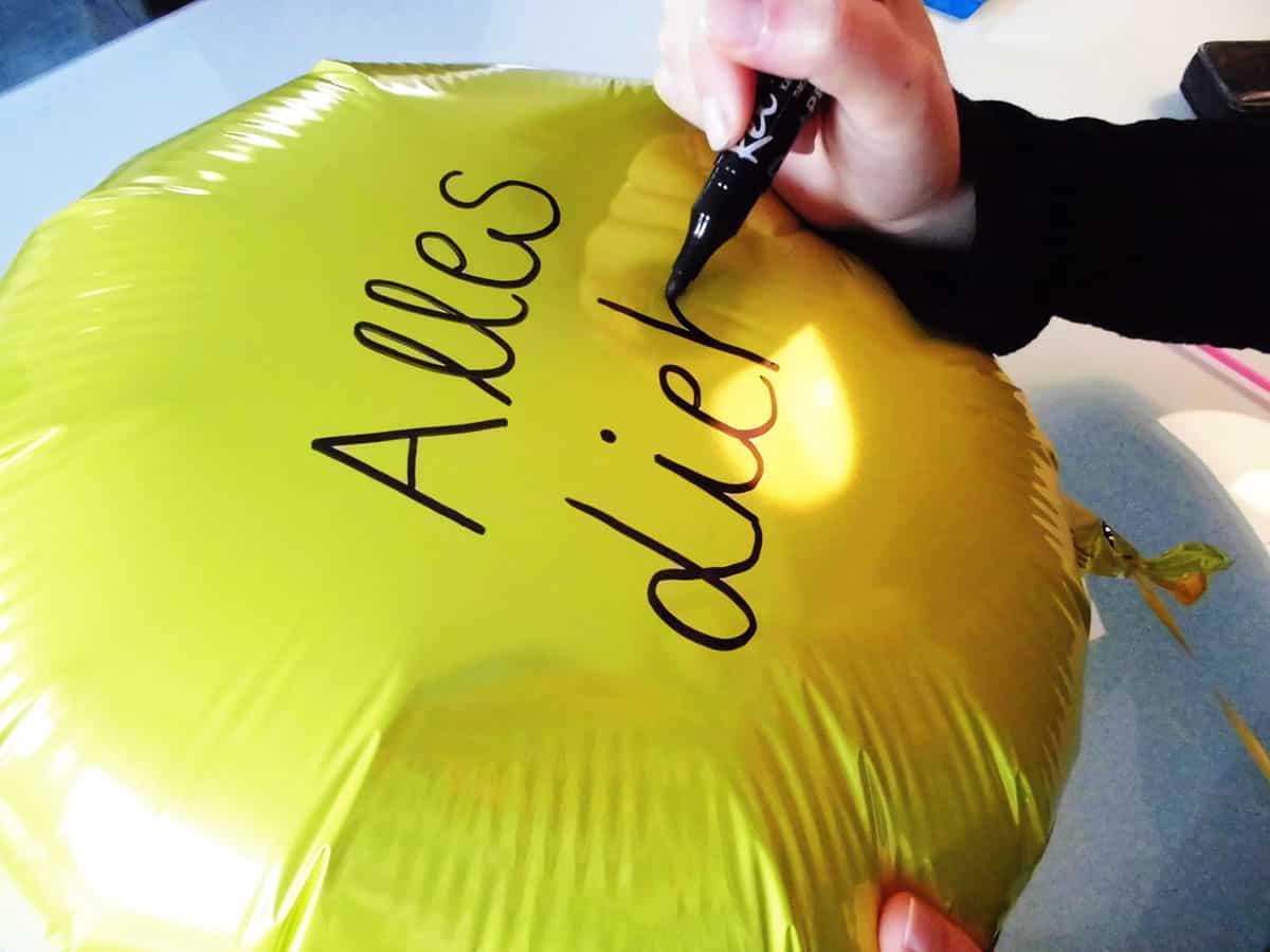 Individuelle Beschriftung Eures Geschenkballons mit einem Permanent Marker