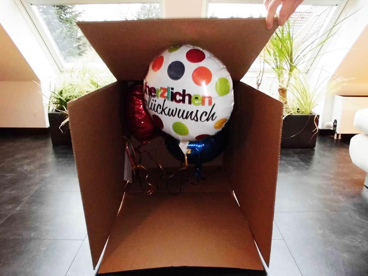 Öffnen der Geschenkballon Verpackung