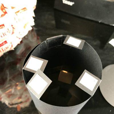 Bringe selbstklebende Foto-Tapes auf den Klebeecken an