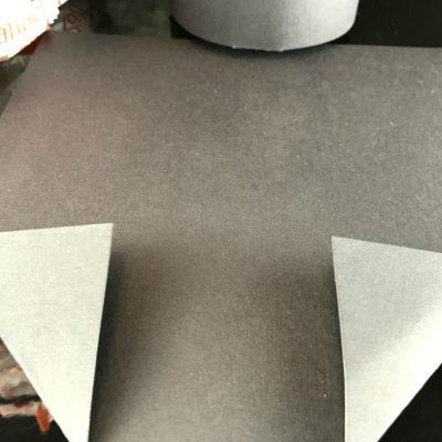 Knicke die Ecken des Quadrats zur Mitte hin ein