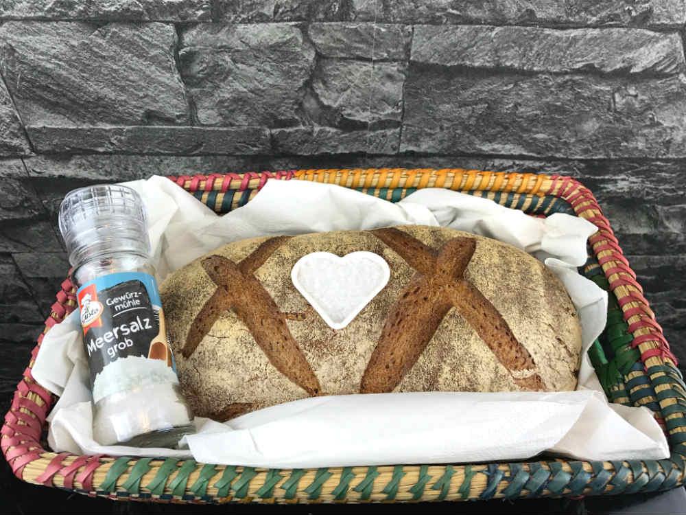 Brot und Salz kannst du in einen Korb legen