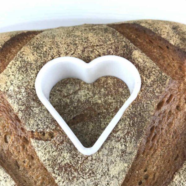 Drücke die Ausstechform in das Brot hinein