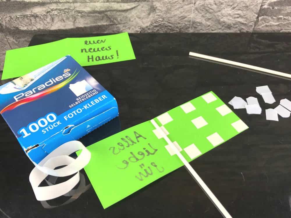 Klebe das Schild mit Hilfe von doppelseitig klebenden Foto-Tapes und einem Cake Pop Stiel zusammen