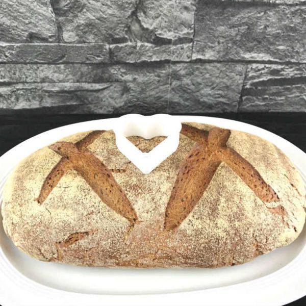 Lege das Brot auf einen Teller und platziere die Ausstechform in der Mitte des Brotes